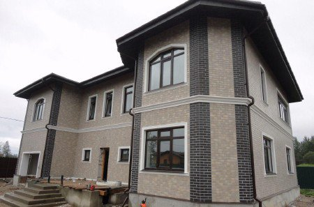 Построенный загородный дом из газобетона, фото готового